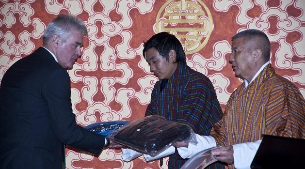 Overhandiging van de gore tex jacks aan aan Lyonpo Khandhu Wangchuk, de minister van economische zaken van Bhutan (juli 2011)